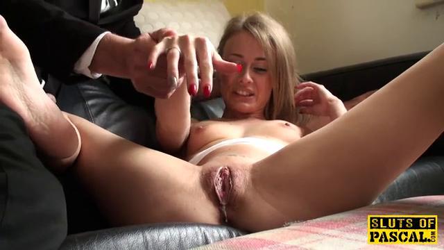 порно мастерски доводит до оргазма стоя